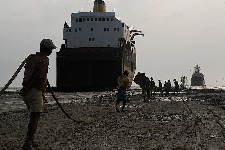 Chittagong-shipbreakers-002